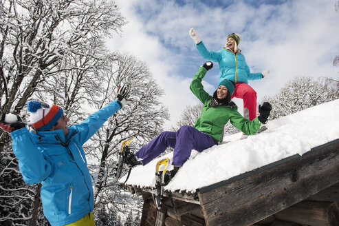 Austria, Salzburg, Young women and man having in snow at Altenmarkt Zauchensee - HHF004573