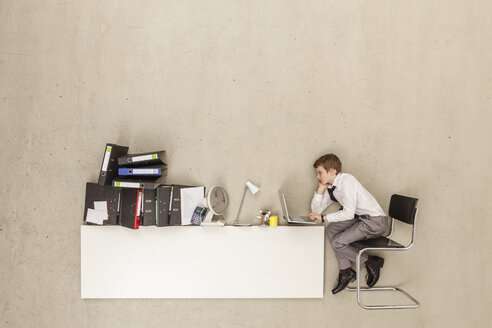 Business boy using laptop - BAEF000582