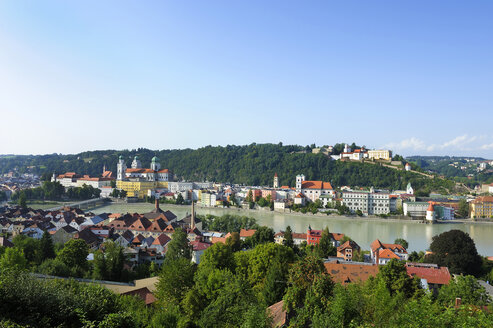 Germany, Bavaria, View of Passau with St Stephans Cathedral and Inn river - LH000116