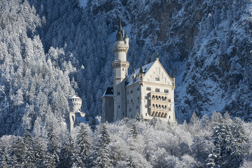 Germany, Bavaria, View of Neuschwanstein Castle in winter - EL000080