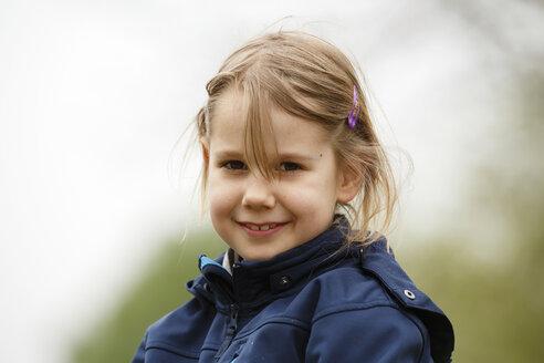 Germany, Baden Wuerttemberg, Portrait of girl, smiling - SLF000124