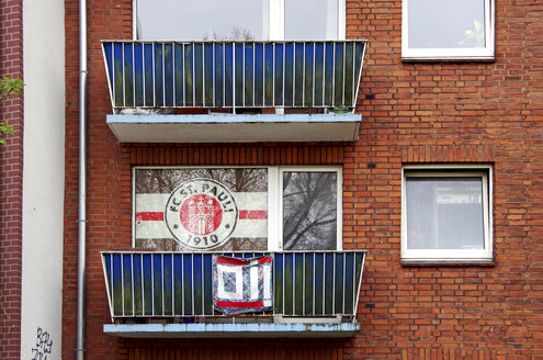 Germany, Hamburg, Facade of house with flag at St Pauli - ALE000044