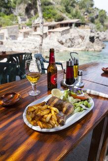Spain, Mallorca, Restaurant in fishing village - AM000245