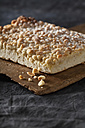 Crumble cake on chopping board, close up - CSF019404