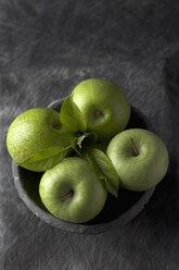 Bowl of green apples, close up - CSF019341