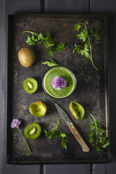 Glass of smoothie with kiwi, parsley and blooming chives, close up - ECF000188