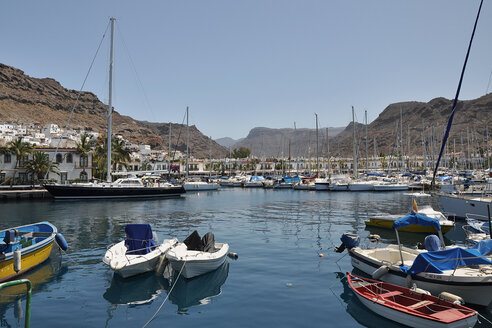 Spain, View of Puerto de Mogan near sea - BST000085