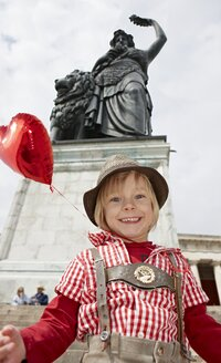 Germany, Bavaria, Munich, Portrait of boy smiling and holding balloon - EDF000037