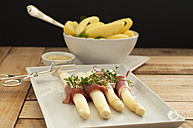 Bowl of potatoes with asparagus on plate, close up - OD000018