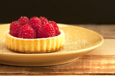 Raspberry tartlet on plate, close up - OD000055