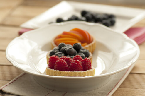Fruit tartlets with apricots, raspberries and blueberries - OD000057