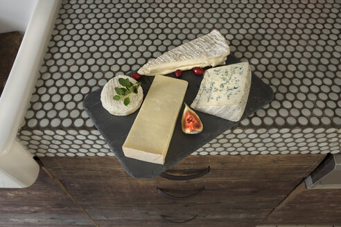 Vatiety of cheese on chopping board - FMKYF000325