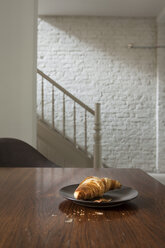 Croissant on plate - FMKYF000347