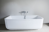 Bathtub in bathroom - FMKYF000329