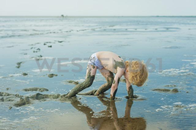 Germany, Schleswig Holstein, Boy playing in mud at beach - MJF000221 - Jana Mänz/Westend61