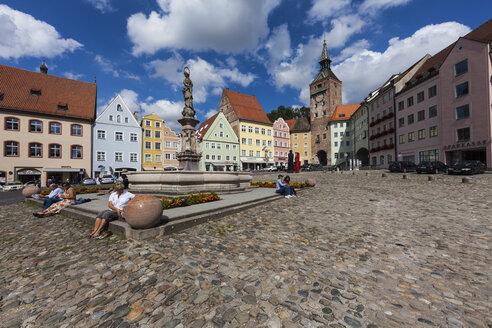 Germany, Bavaria, View of people at Marienplatz Fountain - AM000469