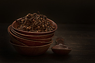 Bowl of cloves with wooden spoon, close up - OD000125