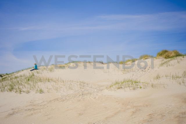Denmark, Romo, Boy sitting at North Sea - MJF000227 - Jana Mänz/Westend61