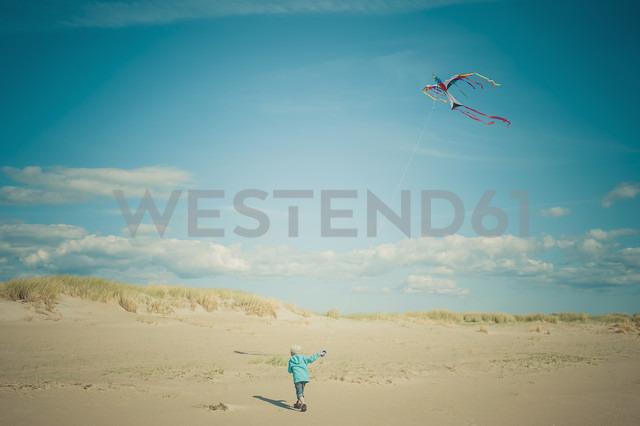 Denmark, Romo, Boy flying kite at North Sea - MJF000264 - Jana Mänz/Westend61