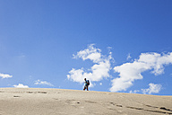 New Zealand, Mature man hiking on Te Paki Sand Dunes - GW002305