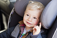 Germany, Bonn, Baby boy sitting on car seat - MF000536