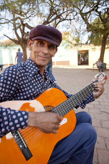 Cuba, Man playing guitar, smiling - PC000011