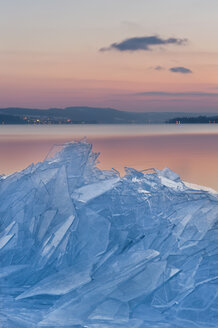 Germany, View of ice floes on shore at dusk - SH000835