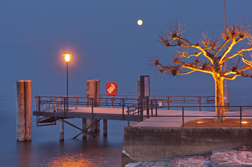 Germany, View of jetty with street lamp - SH000842