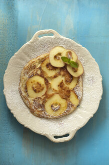 Apple pancake on wooden table, close up - OD000180
