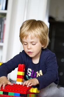 Germany, Kiel, Girl playing with lego bricks - JFE000134