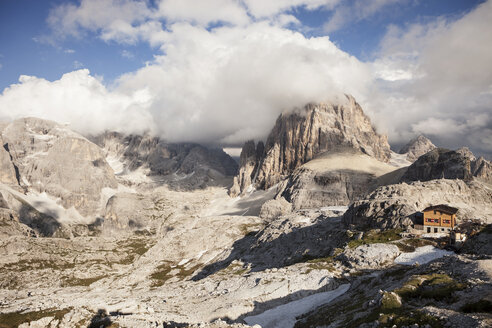 Italy, South Tyrol, Dolomites, Alta Pusteria, Mountainscape with mountain hut - SKF001456