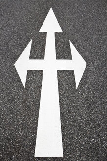 Arrow signs on the road - SKF001463