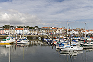 Great Britain, Scotland, Fife, Anstuther, harbour with boats - SBD000166