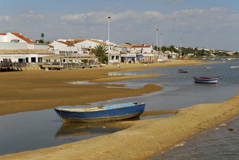 Spain, Andalucia, Huelva, Costa de la Luz, Cartaya, ebb tide at the beach in El Rompido, boats at the Rio Piedras river - MIZ000412