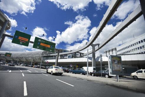 Germany, North Rhine-Westphalia, Dusseldorf, driveway at airport - MF000645