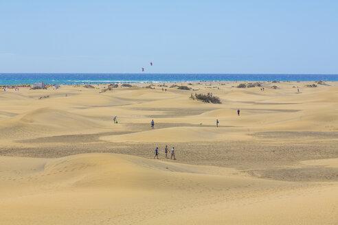 Spain, Las Palmas, People at Dunes of Maspalomas - MAB000135