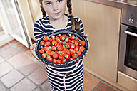 Germany, North Rhine Westphalia, Cologne, Portrait of girl holding bowl of strawberries - FMKYF000459
