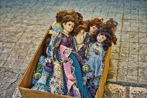 Italy, Apulia, Old Puppets on peddlers market - DIK000048