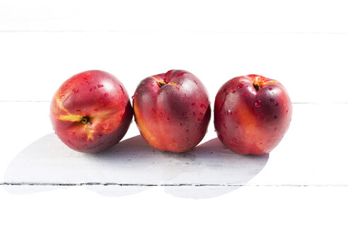 Nectarines on table, close up - MAEF007067