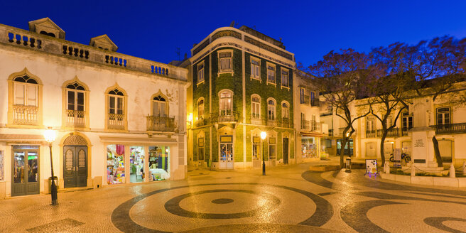 Portugal, Lagos, View of Luis de Camoes square at night - WDF001901