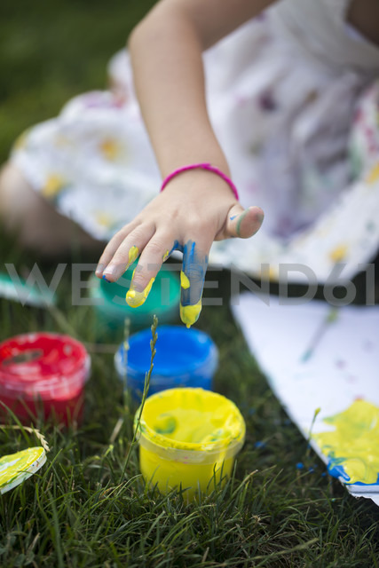 Germany, Bavaria, Girl hand with finger paint, close up - SARF000090 - Sandra Rösch/Westend61