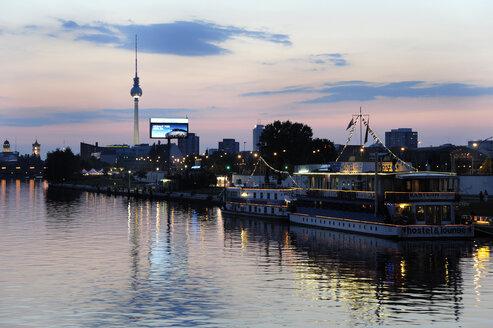 Germany, Berlin, Friedrichshain, Tourboats on River Spree - MIZ000369