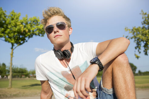 Germany, North Rhine-Westphalia, Oberhausen, Young man with head phones - GDF000201