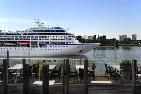 Belgium, Flanders, Antwerp, cruise ship, cafe with a terrace along the Schelde river - MIZ000407
