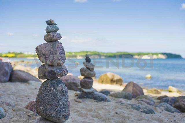 Germany, Mecklenburg-Vorpommern, View of balanced rocks at beach - MJF000346 - Jana Mänz/Westend61