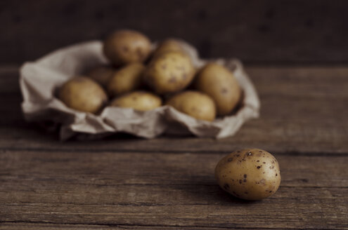 Organic potatoes on table - CZF000002