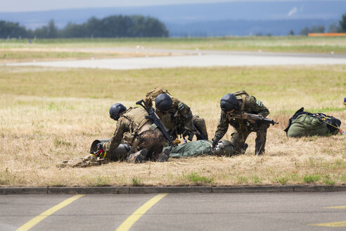 Germany, Baden Wuerttemberg, Laupheim.View of German Air Force Pararescuemen at combat exercise - HA000225