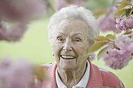 Germany, Cologne, Portrait of senior woman smiling, close up - JATF000200