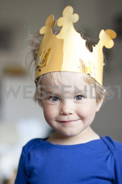 Germany, Kiel, girl wearing a crown - JFEF000179