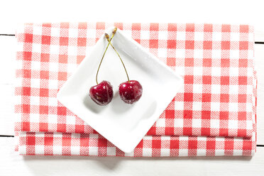 Cherries in plate, close up - MAEF007193